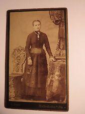 Pfaffenhofen - neben einem Stuhl stehende junge Frau im Kleid - Kulisse / CDV