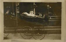 PHOTO ANCIENNE - CARTE PHOTO - CPA - ENFANT BÉBÉ LANDAU MARCHAND CHAUSSURE -BABY