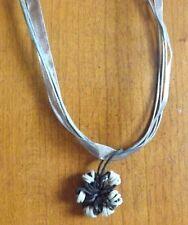 collier organza gris avec pendentif fleur noir et gris