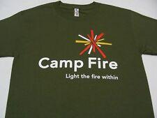 Camp Fire - CLARO THE Dentro de - Verde Oliva - Juventud Talla Mediana Camiseta