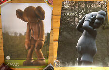 KAWS Official Show Posters X 2 des Nations Unies Signed Comme neuf Print Small lie 5yl sculpture