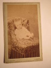 Nürnberg - auf einem Sessel sitzendes kleines Kind - Baby / CDV