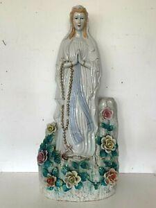 Grande Vierge Marie en porcelaine polychrome sur socle fleuri XX siècle