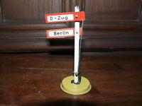 Rarität altes Blechspielzeug Eisenbahn Bahnhof Bahnschild Berlin + D-Zug