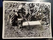 fotografia macchina agricola trattore con autista