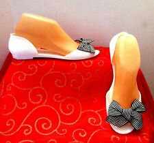 CL BY LAUNDRY SZ 8/39 WHITE OPEN TOE RUBBER FLATS WITH TOP FABRIC BOW RUNS SMALL