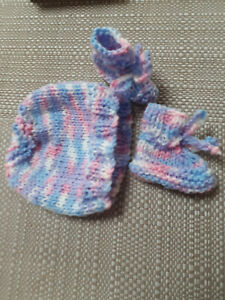 PREMATURE HANDKNITTED  SET  HAT  & BOOTS  TINY BABY MIXED COLOUR