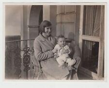 (F16661) Orig. Foto Frau mit Kleinkind im Korbsessel 1930