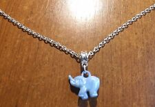 collier chaine argenté 47 cm avec pendentif éléphant bleu 18x20 mm
