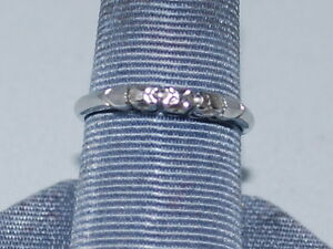 18k White Gold Ring with Beautiful White Gold Heart Accent on Both Sides of Band