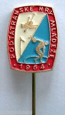Insigne épinglette boutonnière podtatranske hry mladeze 1964, à identifier.