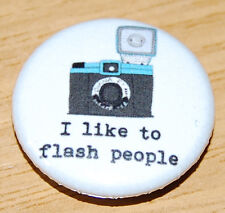"""I LIKE TO FLASH PEOPLE"" 25MM BADGE CAMERA PHOTOGRAPHER CUTE VINTAGE RETRO"