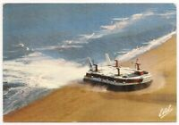 calais , venant de ramsgate , l'hovercraft arrive sur la plage