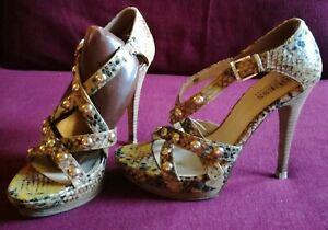 Zapatos sandalias GUESS piel serpiente plataforma con correas chapa dorada 36/
