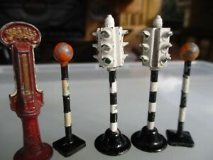 VINTAGE DINKY 4 WAY TRAFFIC LIGHTS,2 BEACONS AND A CHOCOLATE MACHINE