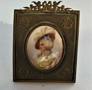 *3056* miniature peint main élégante au chapeau 18/19eme siècle signé