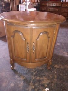 VINTAGE ROUND FINE WOODEN CENTER/SIDE TABLE WITH AN OPEN STORAGE DOOR