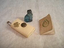 Chat Ancien Miniature en Verre + Petit Sac de Poupée et Mini Calendrier 1901
