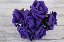 Fleurs, pétales et guirlandes violet rose pour le mariage
