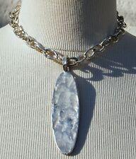 collier ras de cou et pendentif BICHE DE BERE en métal argenté