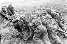 WW2 -  Les paras allemands mettent en oeuvre un canon antichar en Normandie