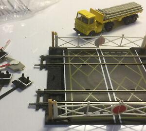 Hornby R636 Double Crossing And Ferrocrete Lorry. Oo Gauge