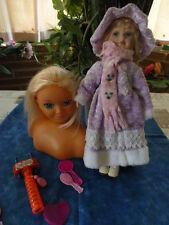 la téte a coiffer ,ses accessoires  et la poupée robe velours parme  a saisir!!!