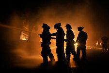 Incorniciato stampa-Silhouette dei vigili del fuoco combatte a fuoco (immagine poster Fighter)