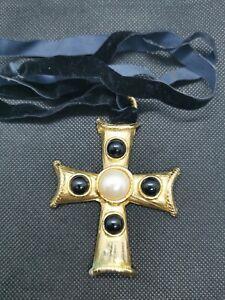 Pendentif Croix Vintage  En Metal Dore Perle Et Pierre Noire Sur Ficelle RefE136