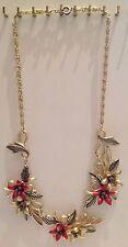 collier ancien en métal léger couleur or décor floral fleur métallisé rouge 4732