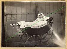 Photo 18 cm sur 13 cm bébé dans son landau landeau