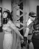 "BURT WARD AND LEE MERIWETHER IN TV SHOW ""BATMAN"" - 8X10 PUBLICITY PHOTO (DA-524)"
