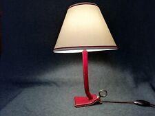 JACQUES ADNET (1900-1984) Lampe en métal gainé de cuir rouge piqué sellier