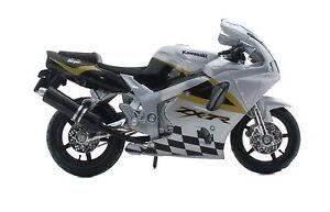 Kawasaki Ninja ZX-7R Silver 1:18 Motorcycle Model From Bburago