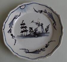 La Rochelle. Assiette en faïence à décor de deux chinois, XVIIIe siècle