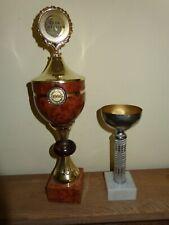 2 alte Dart Pokale auf Sockel mit Deckel - Club Meister 1991