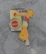 Pin's Lucky Strike pin-up machine à sous, années 1980-1990