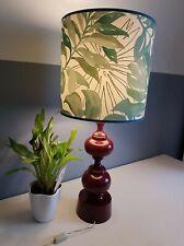 grande lampe vintage avec abat-jour jungle et pied tourné bordeaux
