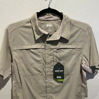 NWT REI Mens Khaki Sahara Tech Short Sleeve Shirt Medium Short Sleeve