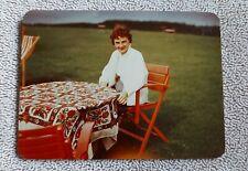 Altes originales Farbfoto, Frau am Gartentisch sitzend