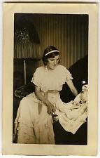 PHOTO ANCIENNE - FILLE POUPÉE JOUET BOURGEOISIE TRISTE - DOLL - Vintage Snapshot