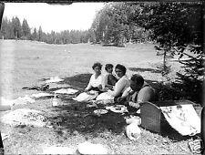 Pique Nique en famille sur l'herbe - ancien négatif verre photo - an. 1910 1920