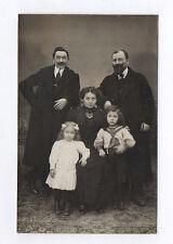 CARTE PHOTO Décor Toile peinte Postcard RPPC 1910 Famille Groupe Parent Enfant
