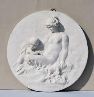 Grand médaillon bas-relief en plâtre – décor chérubin et femme au pied de bouc