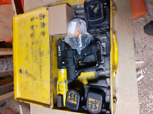 defekte Rems Pressmaschine Akku 12v mit 4 Akkus (2 davon neu) + Ladegerät
