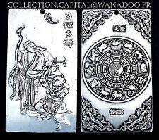 CHINA. Plaque-Pendentif au décor en relief, Zhong Kui avec Du Ping. Argent