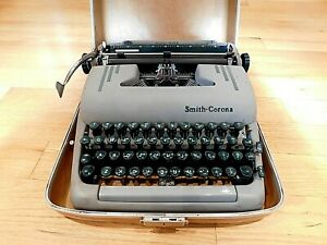 1950's Smith Corona Silent-Super Working Portable Typewriter Green Keys w Case