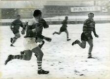 PHOTO vers 1950 match de rugby sous la neige joueurs en action