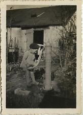 PHOTO ANCIENNE - VINTAGE SNAPSHOT - ENFANT FONTAINE EAU JARDIN BÉRÊT - GARDEN