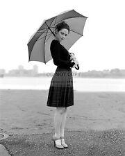 ACTRESS ZOOEY DESCHANEL - 8X10 PUBLICITY PHOTO (OP-310)